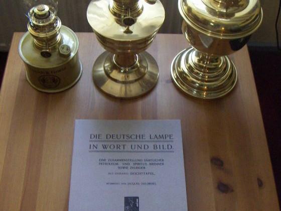 """""""Die Deutsche Lampe in Wort und Bild"""" - der """"Goldberg-Katalog"""" in Gesellschaft dreier, grosser Lampen"""