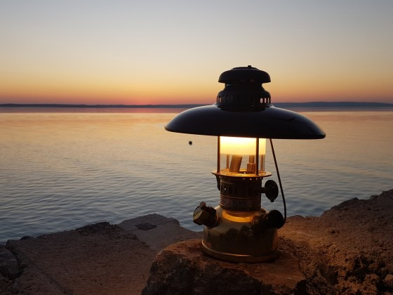 Geniol 150 CP Camel Edition beim Sonnenuntergang an der Adria in Kroatien.